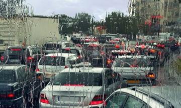 Απίστευτη κίνηση υπό βροχή στο κέντρο της Αθήνας – Στα όρια τους οι οδηγοί