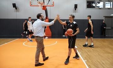 Ο Κυριάκος Μητσοτάκης έπαιξε μπάσκετ με τον Προμηθέα Πάτρας (pic)