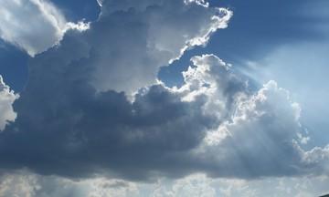 Καιρός: Λίγη συννεφιά, περισσότερη ζέστη και σκόνη