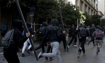 ΕΠΣΑ: Επίθεση κουκουλοφόρων στο πούλμαν του Μικρασιατικού!