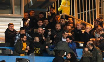 O Σαββίδης φρουρούμενος στο μπουθ, οι συνοδοί του πέταξαν μπουκάλι στους οπαδούς της ΑΕΚ