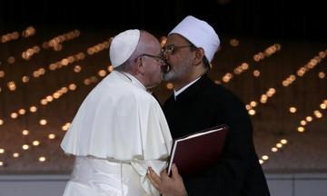 Το φιλί «στο στόμα» του Πάπα με τον Μεγάλο Ιμάμη του αλ Άζχαρ – Μήνυμα ενάντια στο θρησκευτικό μίσος