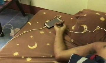 Έχασε τη ζωή του φορτίζοντας το κινητό με τα ακουστικά στα αυτιά!