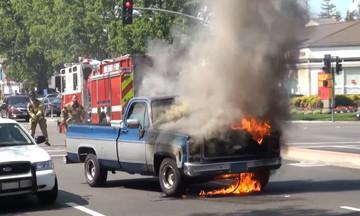 Φλεγόμενο φορτηγάκι και κυκλοφοριακό κομφούζιο στο κέντρο της Αθήνας!