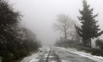 Χιονίζει στην Πάρνηθα - Κλειστοί δρόμοι και στην Αττική, πού χρειάζονται αλυσίδες