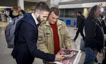 Ο Φορτούνης υπογράφει αυτόγραφο πάνω στο ΦΩΣ (pic)