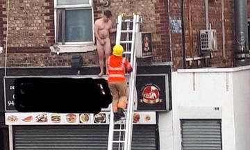 Viral: Η Πυροσβεστική διασώζει γυμνό πελάτη από οίκο ανοχής που έπιασε φωτιά! (vid)