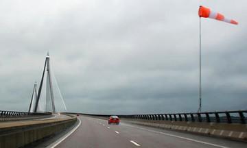 Οδήγηση με ισχυρούς ανέμους. Τι πρέπει να προσέχουμε (vid)