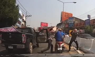 Οδηγός μηχανής σπάει το τζάμι αυτοκινήτου και τρώει το ξύλο της χρονιάς του (vid)