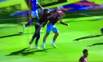 Οπαδός της Μπέρμιγχαμ εισέβαλε στο γήπεδο και χτύπησε παίκτη της Άστον Βίλα (vid)