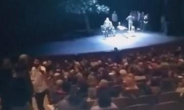 Θεσσαλονίκη: Η στιγμή που διακόπτουν παράσταση και τα βάζουν με ηθοποιό (vid)