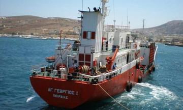 Άνδρος: Αγωνία με δεξαμενόπλοιο που προσάραξε σε βραχονησίδα - Μεταφέρει 880 κυβικά πετρελαίου