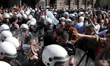 Σερβία: Αποκλεισμένος από διαδηλώτες στο προεδρικό μέγαρο ο Βούτσιτς (vid)