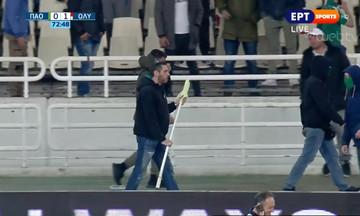 Αρνείται να επιστρέψει το σημαιάκι του κόρνερ ο οπαδός - Στον αέρα το ματς!