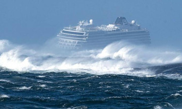 Ρυμουλκείται το κρουαζιερόπλοιο- Διακόπηκε η επιχείρηση διάσωσης (vids)