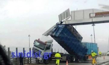 Κλειστή η Γέφυρα Ρίου - Αντιρρίου: Άνεμοι σήκωσαν νταλίκα! (pic)