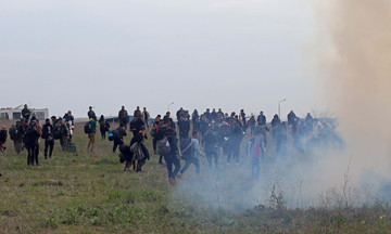 Εκατοντάδες πρόσφυγες και ΜΑΤ στα Διαβατά - Αδειάζει ο σταθμός Λαρίσης