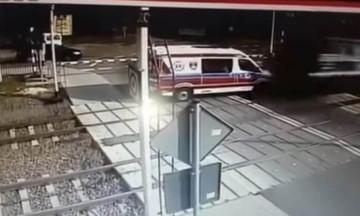 Τρένο περνάει πάνω από ασθενοφόρο στην Πολωνία! (vid)
