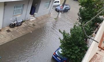 Καιρός: Δρόμοι - ποτάμια στον Πειραιά, χάος από την καταιγίδα