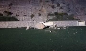 Κατολίσθηση στο γήπεδο της Άνω Σύρου. Έπεσε τεράστιος βράχος (vid-pics)