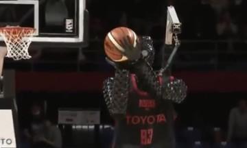 Ιαπωνία: Ρομπότ παίζει μπάσκετ και σκοράρει από το κέντρο (vid)