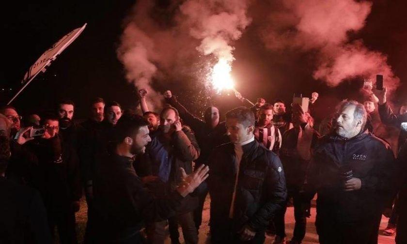 Οι οπαδοί του ΠΑΟΚ υποδέχτηκαν την -δίχως κούπα- αποστολή στα Τέμπη (vids)