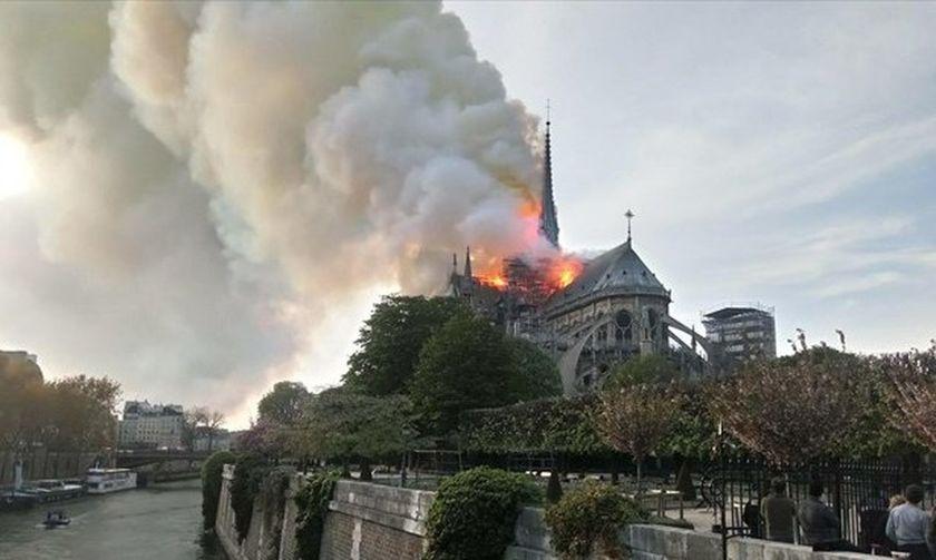 Φωτιά στην Παναγία των Παρισίων (vid)