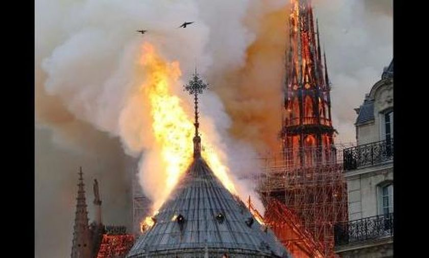 Κατέρρευσε η στέγη της Παναγίας Παρισίων- Live εικόνα από τη φωτιά (vid)