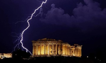 Έπεσε κεραυνός στην Ακρόπολη: Τέσσερις τραυματίες