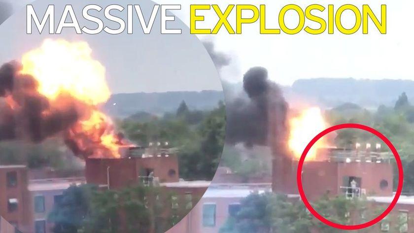 Τρόμος στο Ντέρμπι από αλλεπάλληλες εκρήξεις (vid)