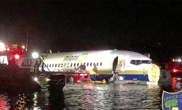 Προσγείωση τρόμου: Boeing με 136 επιβαίνοντες γλίστρησε στον διάδρομο, κατέληξε σε ποτάμι (pic)