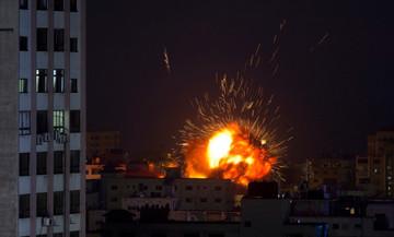 Επικίνδυνη κλιμάκωση στη Μέση Ανατολή: Εκατοντάδες ρουκέτες, ισραηλινά αντίποινα