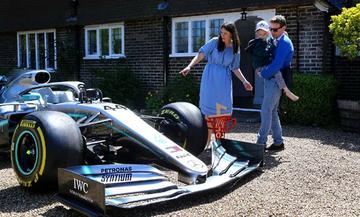 Ο Χάμιλτον χάρισε τη Mercedes του σε παιδί με σπάνια ασθένεια (pics)