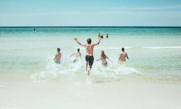 Γαλάζιες σημαίες: Οι 21 καθαρές παραλίες της Αττικής για το 2019