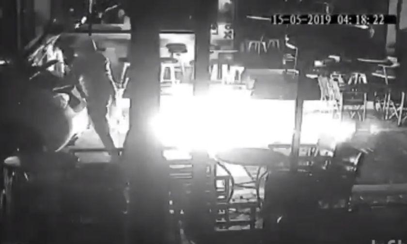 Βίντεο... τρόμος: Έτσι βάζουν φωτιά σε μπαρ στα Άνω Λιόσια (vid-pics)