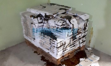 Καλλιθέα: Κατέστρεψαν όλα τα ψηφοδέλτια της Χρυσής Αυγής - Τα έλουσαν με Betadine