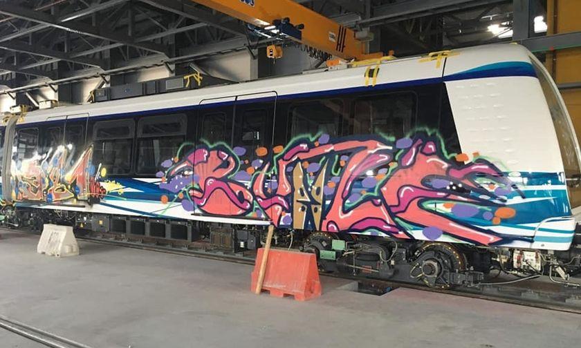 """Θεσσαλονίκη: """"Στόλισαν"""" με γκράφιτι τα ολοκαίνουρια βαγόνια του Μετρό (pics)"""