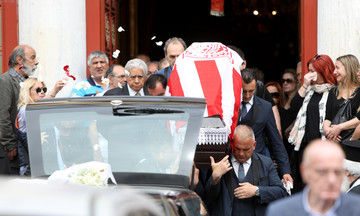 Μαρινάκης, Μώραλης, Τοροσίδης στο «τελευταίο αντίο» του Μανώλη Υφαντή (pics)