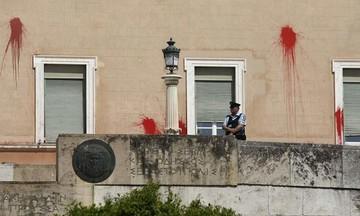 Eλεύθερος ο συλληφθείς του Ρουβίκωνα για τους βανδαλισμούς στη Βουλή