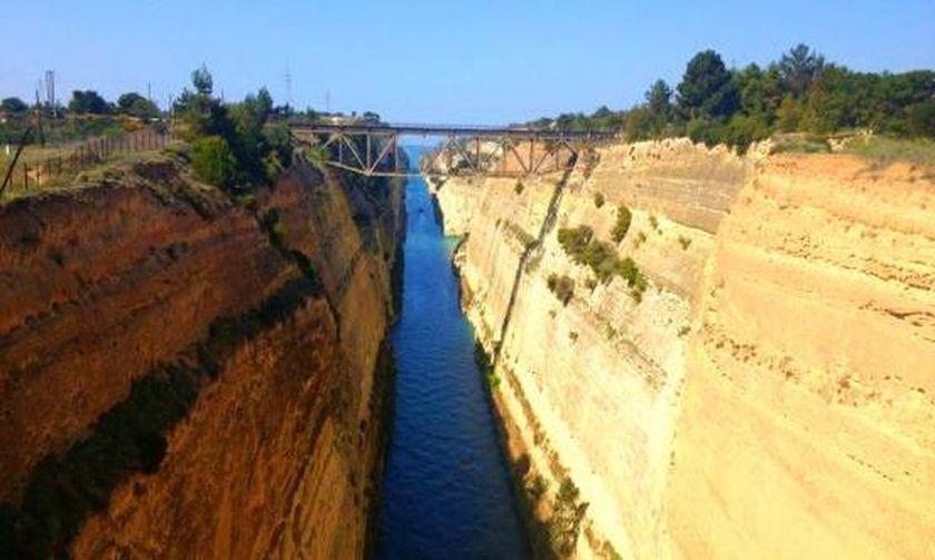 Βουτιά θανάτου έκανε γυναίκα από τη γέφυρα του Ισθμού (Video)