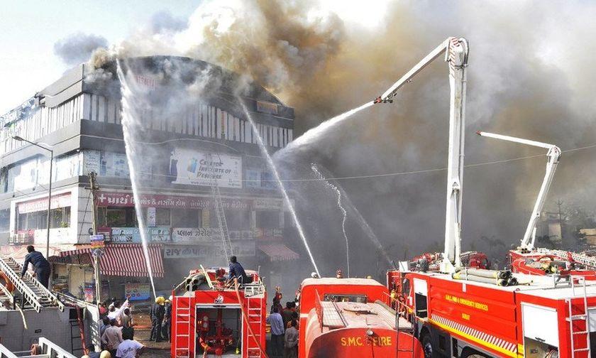 Σκηνές φρίκης στην Ινδία: Φωτιά σε φροντιστήριο με 18 νεκρά παιδιά (vid, σκληρές εικόνες)