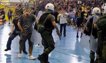 ΑΕΚ-Ολυμπιακός: Αποχώρησε ο Ολυμπιακός από το ΟΑΚΑ, από τον 4ο τελικό, λόγω εισβολής οπαδών!
