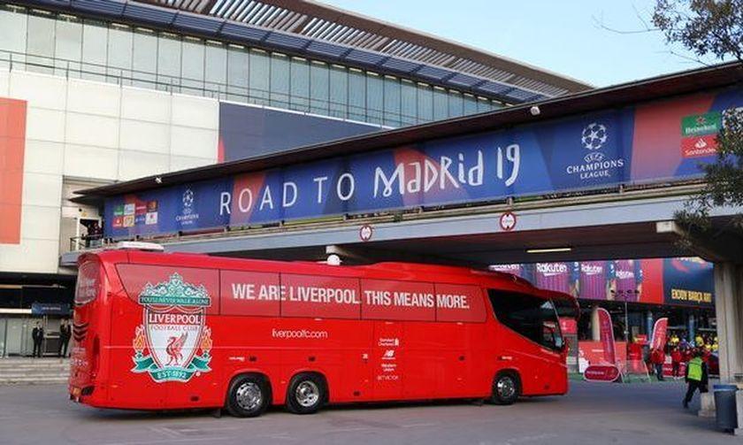 Το λεωφορείο της Λίβερπουλ κόλλησε στο τούνελ του «Γουάντα Μετροπολιτάνο» (vid)