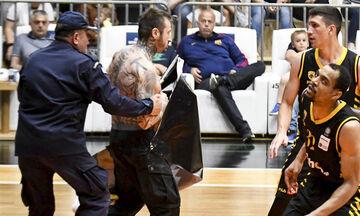Video: Η εισβολή οπαδού της ΑΕΚ στο ματς με τον Προμηθέα