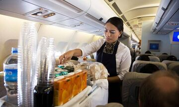 Γιατί πρέπει να αποφεύγετε τον καφέ στις αεροπορικές πτήσεις