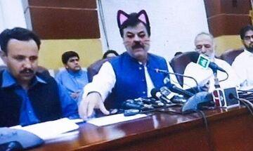 Πολιτικός μετέδιδε σε live streaming το λόγο του, αλλά είχε βάλει φίλτρο... γατούλα! (vid)