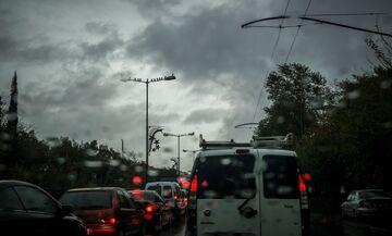 Μπόρα στο κέντρο της Αθήνας: Κυκλοφοριακό χάος στους δρόμους (live)