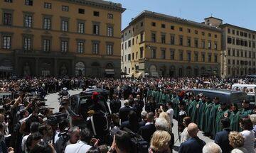 Κοσμοσυρροή στην κηδεία του Φράνκο Τζεφιρέλι (pics)