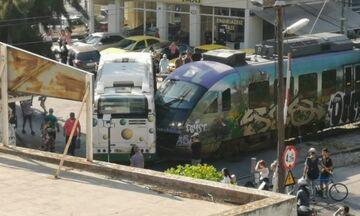 Οι πρώτες εικόνες από τη σύγκρουση συρμού του προαστιακού με λεωφορείο στην Λιοσίων