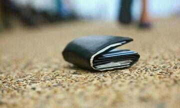 Έρευνα: Ένας στους δύο Έλληνες θα επέστρεφε χαμένο πορτοφόλι με χρήματα